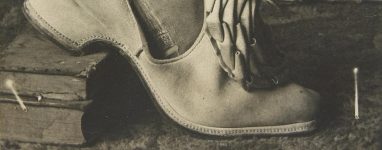 Mollet portant un bas et une chaussure d'un costume XVIIIe siècle ; le talon est appuyé sur deux livres, Bruneri, Francesco