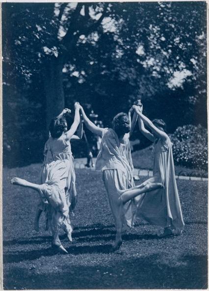 Frédéric Boissonnas-Quatre filles dansant dans un jardin