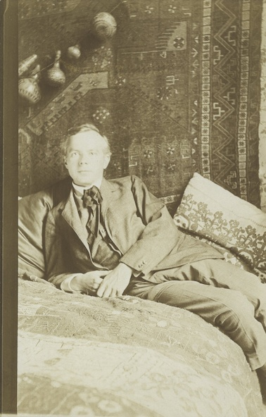 Anonyme-Béla Bartók chez lui avec des tentures au mur