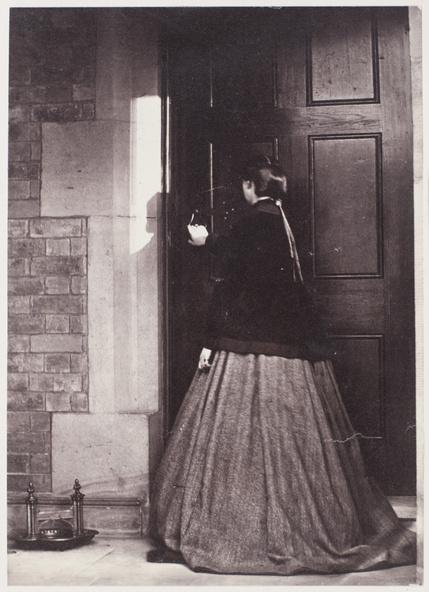 Anonyme-Sans titre (Femme entrouvrant une porte)