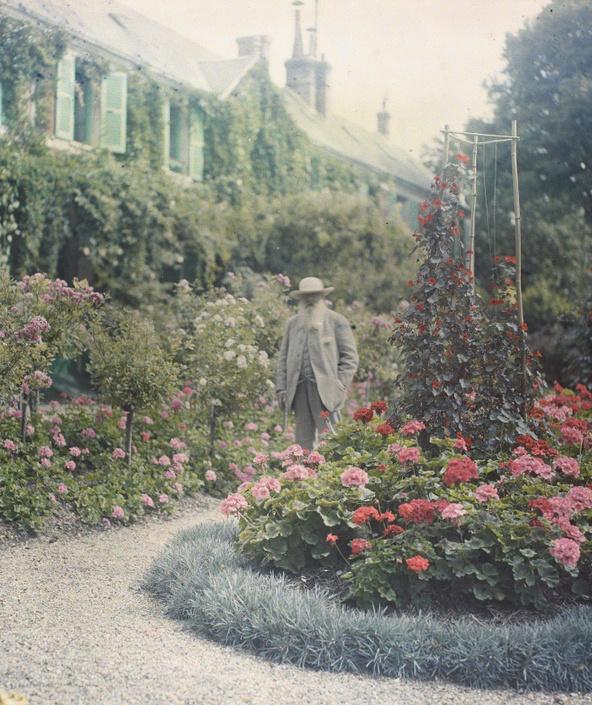 Anonyme-Claude Monet devant sa maison à Giverny