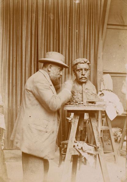 Anonyme-Rodin sculptant le buste de Falguière