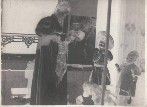 Pierre Bonnard-Un chat saute sur la robe d'Andrée Terrasse, Renée et Robert contemplent la scène