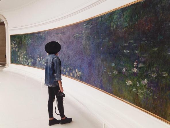 Visiteuse regardant les Nymphéas, Matin (Claude Monet, vers 1915-1926, Paris, Musée de l'Orangerie, salle 1, mur sud)
