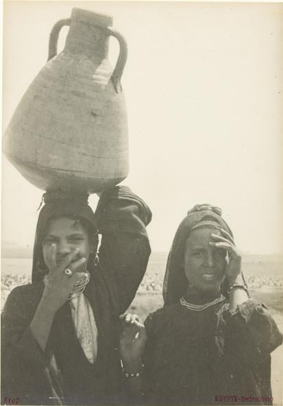 Anonyme-Egypte-Bradechein : deux filles en buste, l'une portant une cruche sur la tête