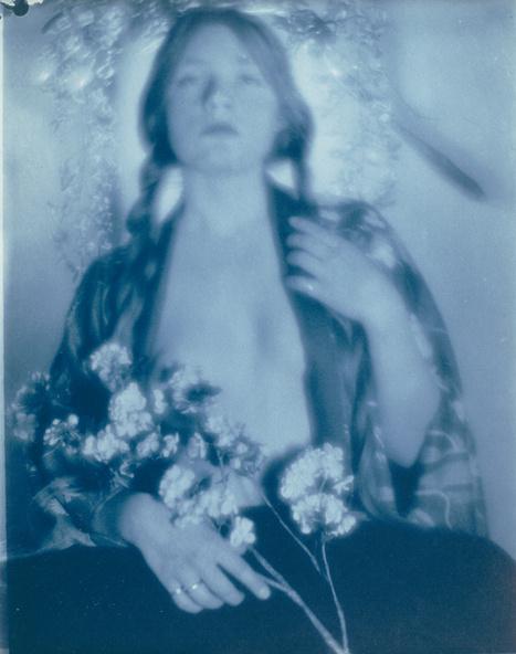Paul Haviland-Florence Peterson en kimono portant des fleurs