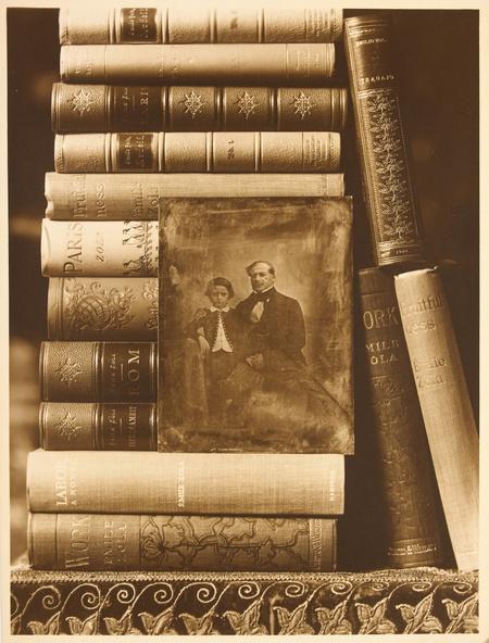 Emile Zola-La bibliothèque avec un portrait d'Emile Zola enfant avec son père
