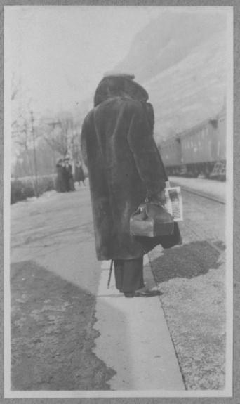 Anonyme-Un homme de dos sur le quai d'une gare