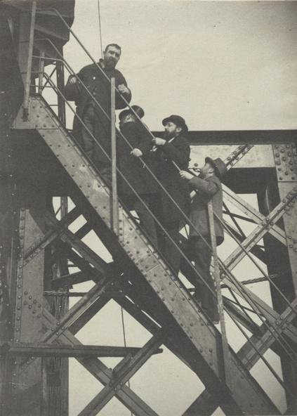 Henri Rivière-La tour Eiffel - quatre visiteurs sur un escalier