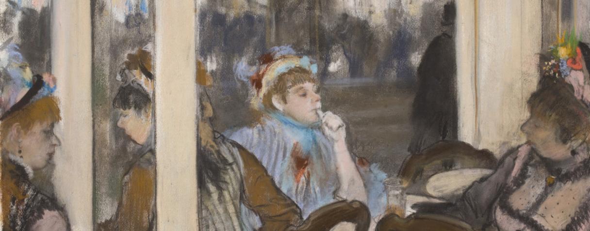 Femmes à la terrasse d'un café le soir
