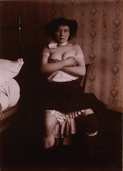 Anonyme-Etudes de nu, femme assise bras croisés
