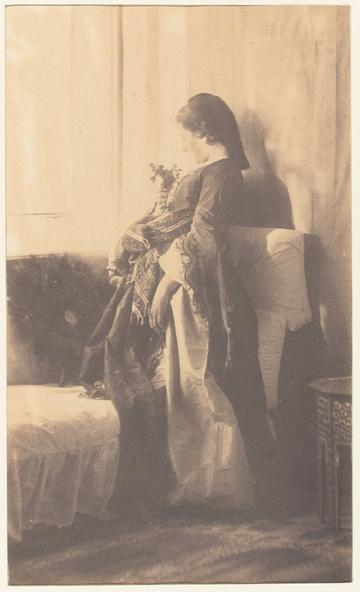 Henry Sauvaire-Portrait de jeune femme, de profil debout, et un éventail de plumes sur le divan