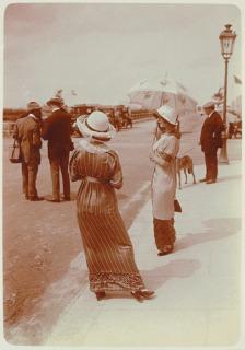 Deauville ou Trouville-sur-Mer ?, deux femmes au bord d'un trottoir (en 1912), Lhermitte, Charles Augustin
